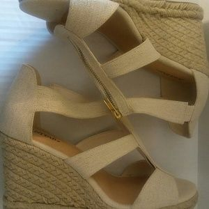 Shoes - Cream Linen and Gold Just Fab Sandal